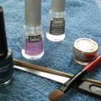 Dale color a tus uñas con sombras de ojos en tu manicura