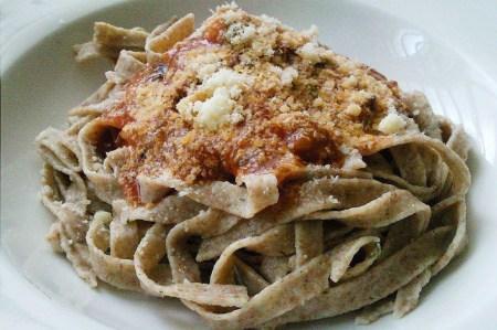 pasta-integral-salsa-napolitana-queso-pecorino